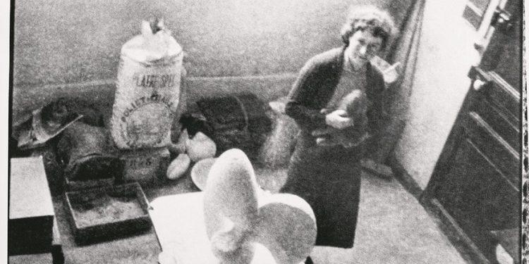 Foto: PR  På fotografiet ses Sonja Ferlov Mancoba i sit første atelier i Paris. Her blev hun nabo, og senere ven, med kunstneren Alberto Giacometti.   Sonja Ferlov Mancoba i sit atelier i Rue du Moulin-Vert i Paris, c. 1938, Museum Jorn.