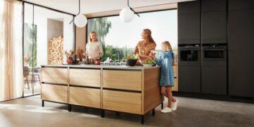 Det nye køkken fra HTH, Nordic Creation, kombinerer klassisk snedkerhåndværk og massivt egetræ. Foto: PR.